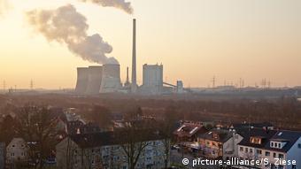Wohnsiedlung mit dem Kraftwerk Gersteinwerk