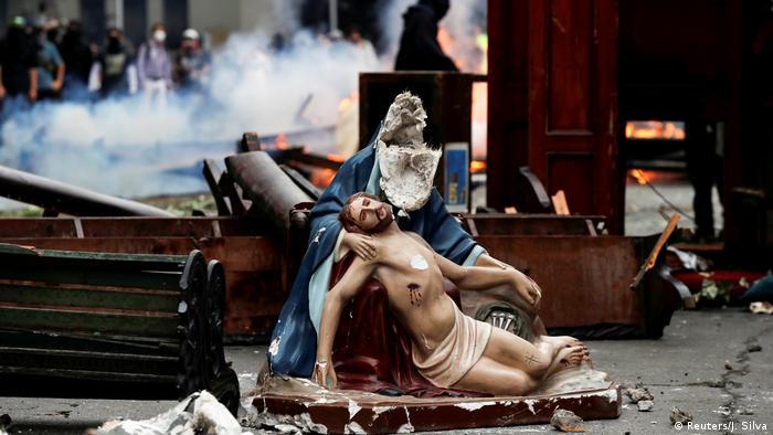 Los símbolos religiosos tampoco se han salvado de la destrucción por parte de algunos manifestantes.