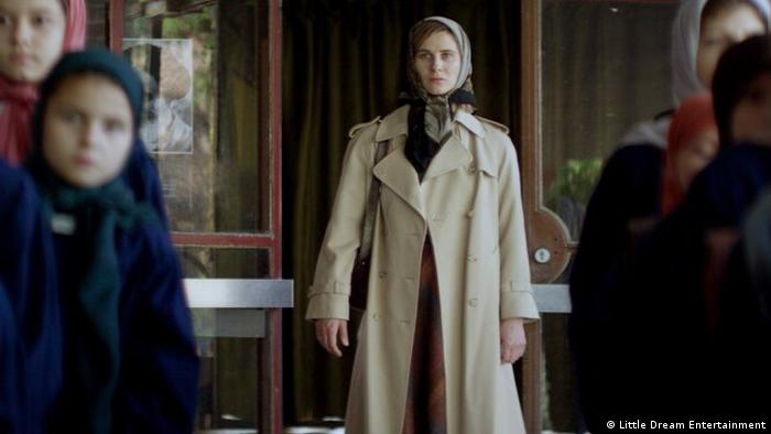 Film still tomorrow we are free woman with a coat and headscarf (Little Dream Entertainment)