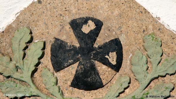 Фрагмент памятной плиты у входа в церковь в Вайере