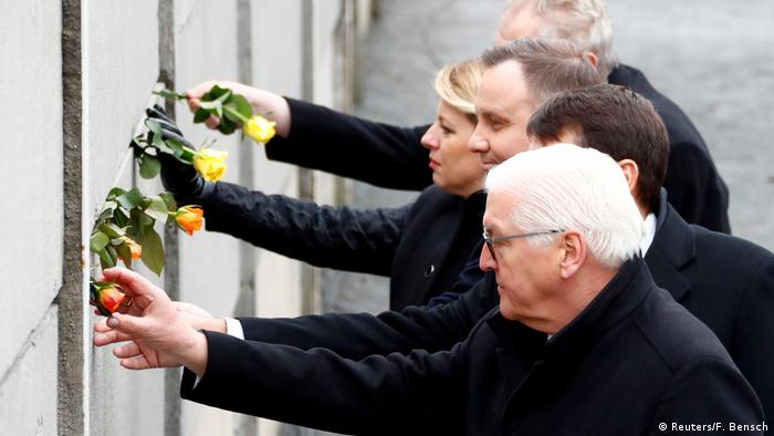 Steinmeier places a rose in the wall (Reuters/F. Bensch)