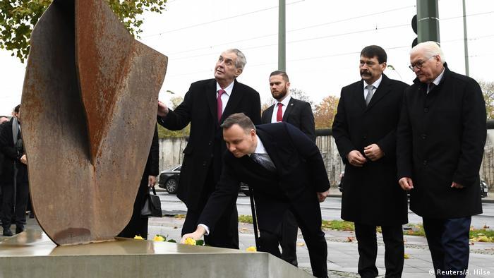 Deutschland Berlin Gedenkfeier 30 Jahre Mauerfall Steinmeier mit Visegrad-Gruppe (Reuters/A. Hilse)
