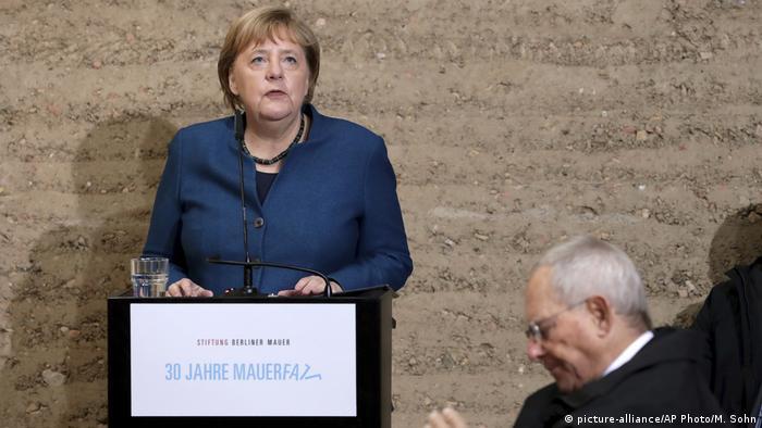 Deutschland Berlin Gedenkfeier 30 Jahre Mauerfall Merkel und Schäuble (picture-alliance/AP Photo/M. Sohn)