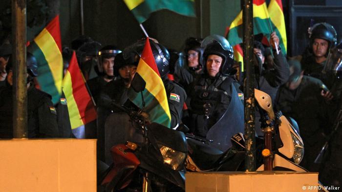 Bolivien Polizei rebelliert und schließt sich in mehreren Städten den Protesten an