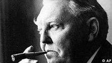 Ein undatiertes Schwarz-Weiss Archivbild zeigt Ludwig Erhard, den frueheren Wirtschaftsminister und Bundeskanzler der Bundesrepublik Deutschland, der als 'Vater des Wirtschaftswunders' und weltweit als 'Mr. D-Mark' bekannt wurde. Vor 25 Jahren starb der gebuertigen Fuerthers am 5. Mai 1977. (AP PHOTO) **zu APD3085**