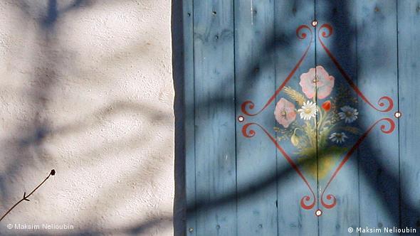 Дом с расписными ставнями около приходской церкви