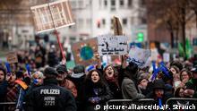 Deutschland Demonstration von Rechten in Bielefeld Gegendemo