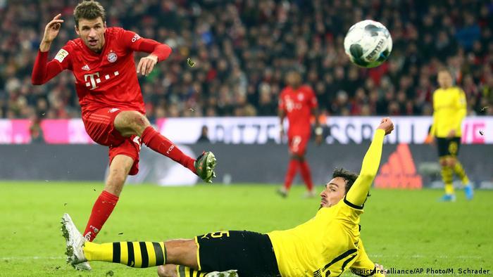 Thomas Müller lifts the ball over Mats Hummels