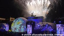 09.11.2019, Berlin: 6068649 09.11.2019 Fireworks illuminate the sky as people watch a show in front of the Brandenburg Gate marking the 30th anniversary of the fall of the Berlin Wall in Berlin, Germany. Special events take place in Berlin to mark the 30th anniversary of the fall of the Berlin Wall, marking the reunification of the people of Germany and the GDR. Alexey Vitvitsky / Sputnik Foto: Alexey Vitvitsky/Sputnik/dpa |