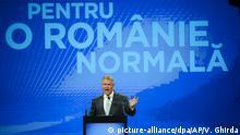 ARCHIV - 08.08.2019, Rumänien, Bukarest: Klaus Iohannis, Präsident von Rumänien, spricht vor Anhängern während deines Nationalkongresses der Liberalen Partei. In Rumänien wird an diesem Sonntag ein neuer Präsident gewählt. Als Favorit gilt Amtsinhaber Iohannis, der in Umfragen mit weitem Abstand vorne liegt. Er wird von der bürgerlichen Partei PNL unterstützt. Foto: Vadim Ghirda/AP/dpa +++ dpa-Bildfunk +++ |