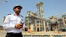 ARCHIV - 28.09.2011, Iran, Mahshahr: Ein Wachmann patroulliert auf dem Gelände des iranischen petrochemischen Komplexes in Mahshah in der Provinz Khuzestan. (zu dpa «US-Sanktionen sollen maximalen Druck auf Iran ausüben» vom 02.11.2018) Foto: Abedin Taherkenareh/EPA FILE/dpa +++ dpa-Bildfunk +++  