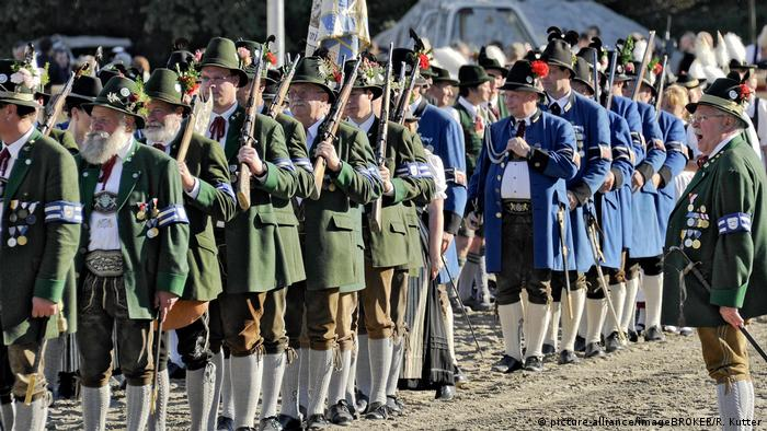 March of Bavarian rifle clubs in costume (picture-alliance/imageBROKER/R. Kutter)