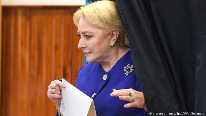 Viorica Dancila bei der Stimmabgabe in Bukarest (picture-alliance/dpa/AP/A. Alexandru)