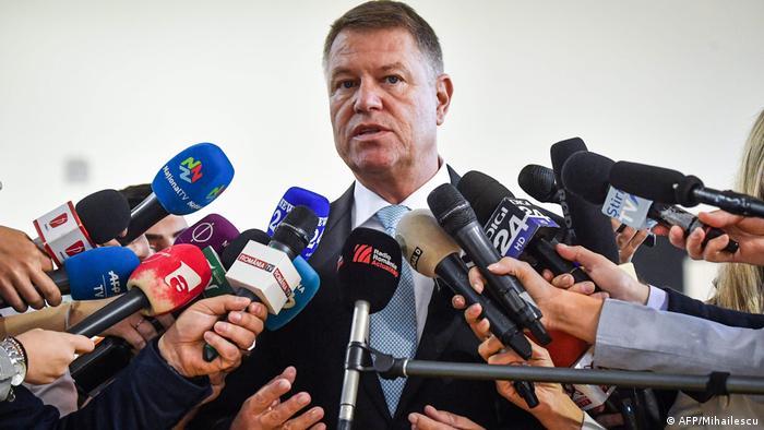 Клаус Йоганніс під час голосування на першому турі виборів президента Румунії