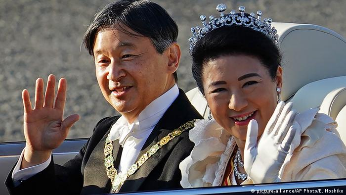 Japan Zehntausende feiern Thronbesteigung von Kaiser Naruhito (picture-alliance/AP Photo/E. Hoshiko)