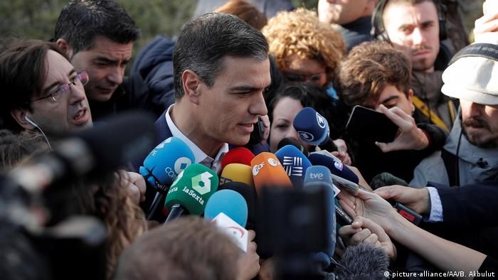 Premiê espanhol Pedro Sánchez em meio a multidão de repórteres