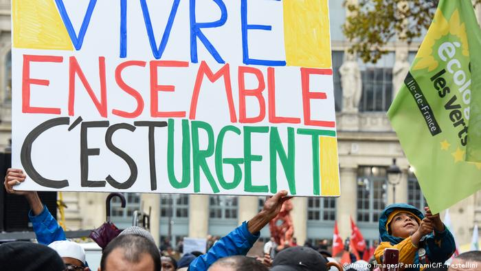 Banner reading 'It is urgent to live together' (Imago Images/PanoramiC/F. Pestellini)