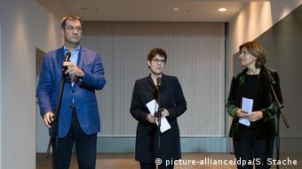 Представители партий, входящих в правящую коалицию ФРГ, объявляют о введении базовой пенсии: Маркус Зёдер, Аннегрет Крамп-Карренбауэр, Малу Драйер (слева направо)