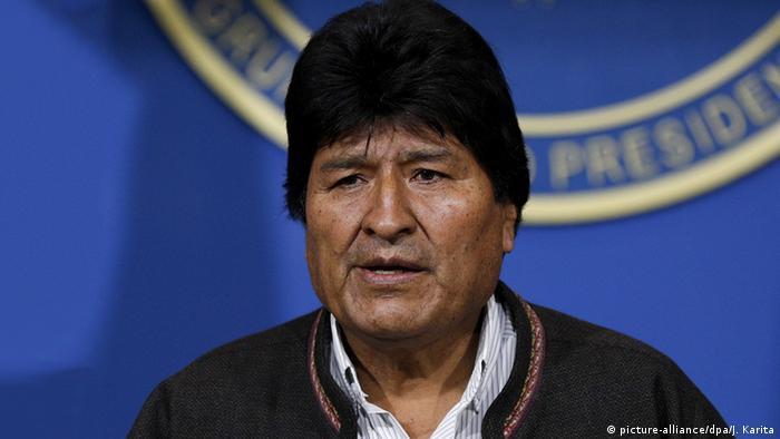 Después de 14 años en el poder, el presidente boliviano cedió ante la presión de tres semanas de protestas contra su polémica reelección y tras perder el apoyo de las Fuerzas Armadas y la Policía.
