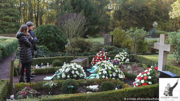 Joachim Löw and Teresa Enke visit Robert Enke's grave in 2019