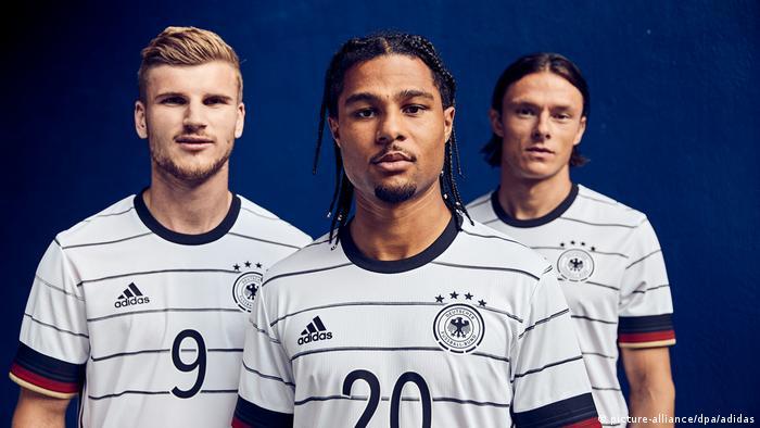 من اليمين نيكو شولتس ثم سيرغ غنابري ثم تيمو فيرنر لاعبو المنتخب الألماني لكرة القدم
