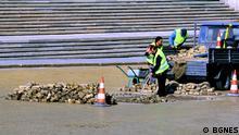 Sie zeigen Bauarbeiter und Fensterputzer in Sofia, Bulgarien, und sind von unserem Partner BGNES.