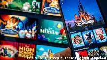 Ein Telefon und Fernseher mit dem Disney Plus-Streaming-Service