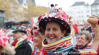 Germany, Cologne, Start of Carnival, woman dressed in costume (picture-alliance/dpa/O. Berg)