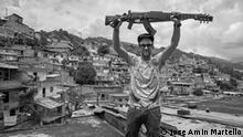 Der kolumbianische Musiker Cesar Lopez hält einen Escopetarra
