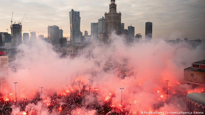 Smoke over marchers with red flares burning (Reuters/Dawid Zuchowicz/Agencja Gazeta)