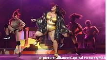 Lizzo tanzend auf der Bühne im glitzernden knappen Body. (picture-alliance/Captital Pictures/MAR)