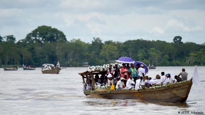 Foto de integrantes de la comunidad Bojayá mientras se trasladan en embarcaciones.