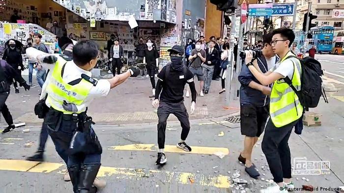 Momento en que un oficial de policía dispara a protestante enmascarado, que iba desarmado