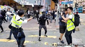 HongKong Sai Wan Ho Polizist schießt auf Protestanten // bessere Auflösung