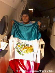 Эво Моралес в самолете по пути в Мексику