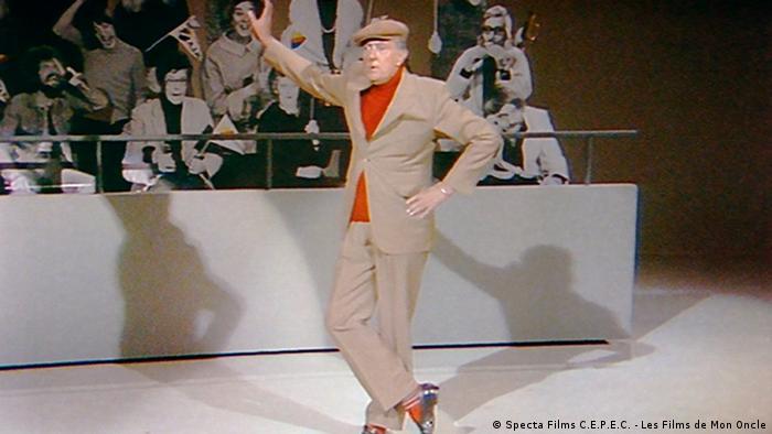 Tati in a scene from the movie Parade (Specta Films C.E.P.E.C. - Les Films de Mon Oncle)