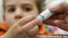 ARCHIV - Eine Krankenschwester piekst mit einer Stechhilfe dem vierjährigen Kevin in den Finger, um Blut für eine Messung seines Insulinwertes zu bekommen (Archivfoto vom 13.05.2005). Die Zahl der an Diabetes erkrankten Kinder und Jugendlichen in Deutschland steigt. Rund 25 000 junge Menschen seien mittlerweile von der tückischen Stoffwechselerkrankung betroffen, teilten Patientenverbände am Mittwoch (14.11.2007) in Saarbrücken mit. Anlässlich des Weltdiabetestages wiesen die Organisationen darauf hin, dass die Krankheit auch weltweit besorgniserregende Wachstumzahlen aufweise. In der Bundesrepublik steige die Zahl der betroffenen Kinder pro Jahr um drei bis vier Prozent, sagte der Vorsitzende des Deutschen Diabetiker Bundes (DDB), Wölfert, bei der Vorstellung des Deutschen Gesundheitsberichts Diabetes 2008. Foto: Frank May (zu dpa 0345 vom 14.11.2007) +++(c) dpa - Bildfunk+++ | Verwendung weltweit