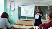 08.10.2019, Worsino, Russland Julia im Englisch-Unterricht – durchschnittlich ist eine russische Lehrkraft ist über 50 Jahre alt.