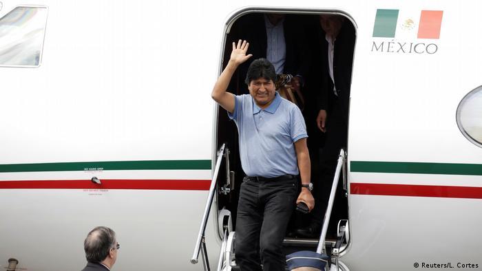El ex presidente de Bolivia, luego de aterrizar en México.