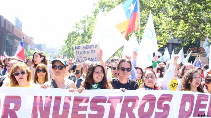 Maria Belen Larrondo durante las protestas sociales en Santiago.