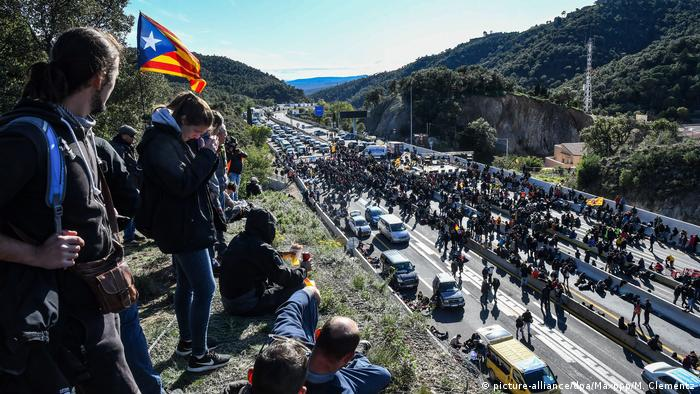 Pro-indpendence Catalan protesters occupy a highway crossing between Spain and France