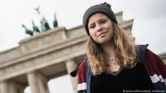 Luisa Neubauer vor dem Brandenburger Tor