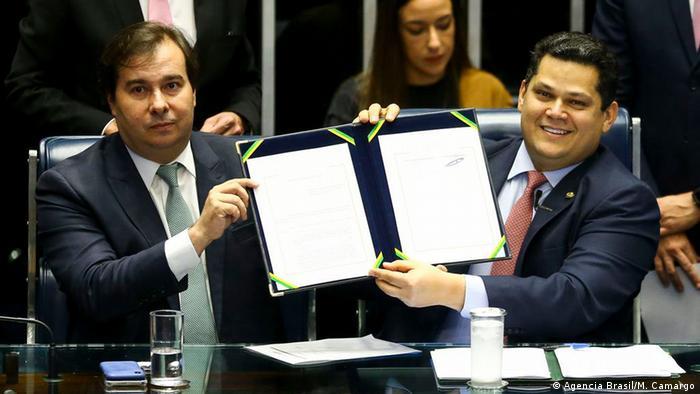 Os presidentes da Câmara dos Deputados, Rodrigo Maia, e do Senado, Davi Alcolumbre, seguram juntos o texto da Reforma da Previdência