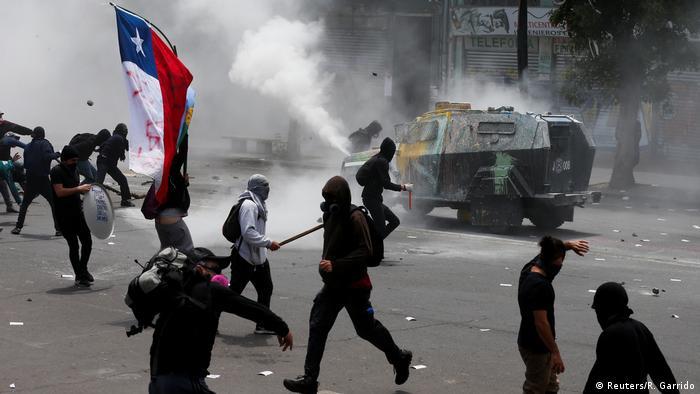 Foto de manifestantes en Valparaiso, Chile.