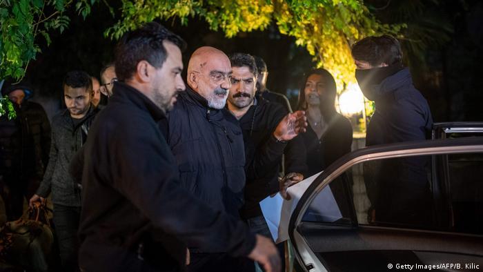 Mehrere Männer führen Ahmet Altan zu einer geöffneten Autotür (Foto: Getty Images/AFP/B. Kilic).