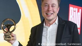 Илон Маск получает премию Золотой руль в 2019 году