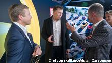 12.11.2019, Berlin: Oliver Zipse (l-r), Vorstandsvorsitzender BMW, Elon Musk, Tesla-Chef, und Herbert Diess, Vorstandsvorsitzender Volkswagen, unterhalten sich nach der Verleihung des Goldenen Lenkrads. Foto: Jörg Carstensen/dpa | Verwendung weltweit