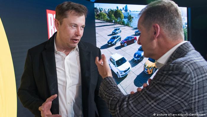 Tradition trifft Moderne: Elon Musk im Gespräch mit VW-Chef Herbert Diess (im November 2019 in Berlin)