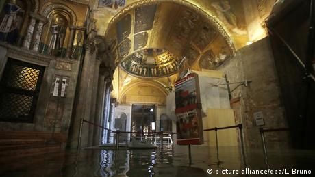 A flooded cathedral in Venice (picture-alliance/dpa/L. Bruno)