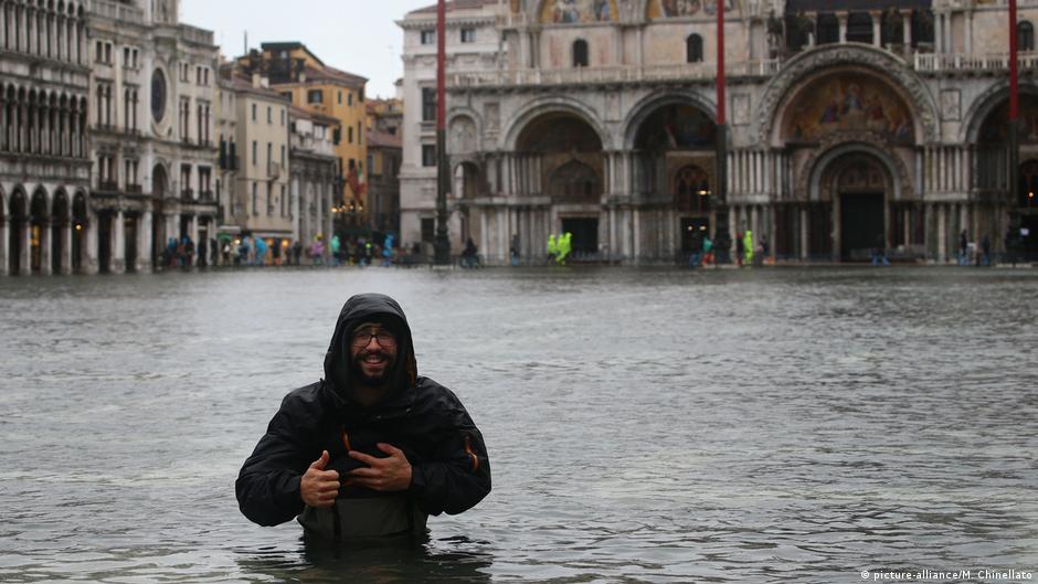 Masas de agua hasta la cintura. Solo los turistas pueden tomarse con humor las inundaciones.
